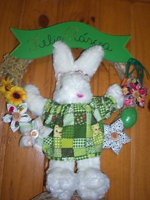 Coelha de páscoa em tecido numa placa para a porta