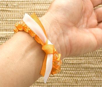 A pulseira é amarrada com um nó simples
