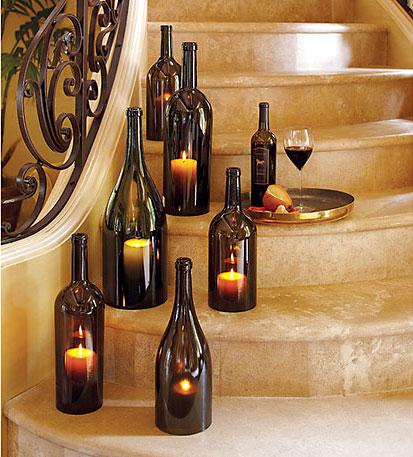 Garrafas de vinho e champagne são bons castiçais para a área externa