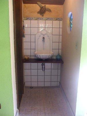 Bancada de lavabo feita com madeira reciclada