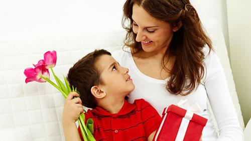 Presenteando a mamãe com um presente artesanal