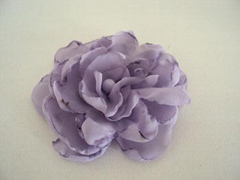 Flor de tecido queimada de vela para usar como broche