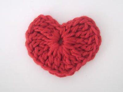 E aqui está seu coração de crochê pronto para ser usado em seus projetos de artesanato