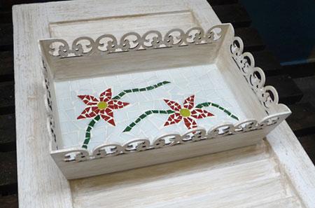 Bandeja decorada com mosaico de pastilhas de vidro