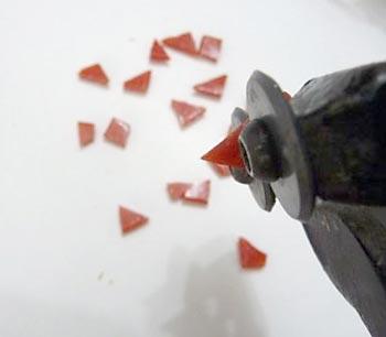 Corte muitos pedaços de pastilhas para montar seu mosaico