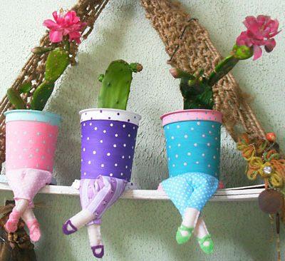 Vasos de flores reciclados com perninhas cruzadas
