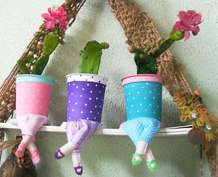 Vasos de flores com reciclagem e perninhas cruzadas