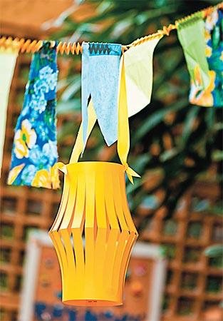 Lanterninhas entre bandeirolas de chita