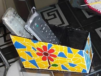 Reciclagem de caixa de papelão no mosaico colorido