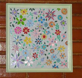 Mosaico confeccionado com pedacinhos de plástico
