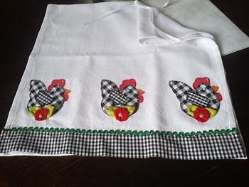 Apliqué de galinhas no barrado da toalha