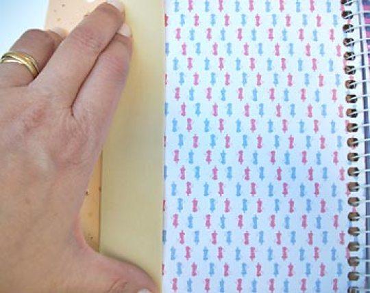 Meça o caderno para cortar a base da capa