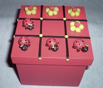 Caixa de joguinho infantil decorada com biscuit