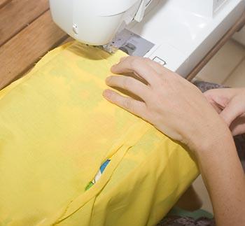 Costure o contorno do forro com a bolsa