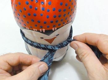 Amarre uma tira de tecido para o cachecol