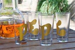 Copos de vidro pintados a mão feitos com vidros de requeijão