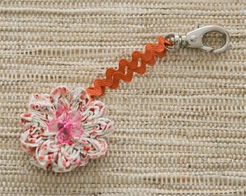 Faça também chaveiros com a flor de tecido fru-fru