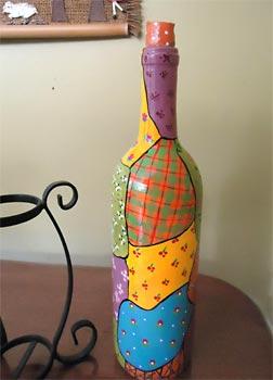 Garrafa decorada com falsos retalhos de pintura