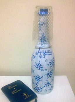 Garrafa de água customizada com pintura de letras