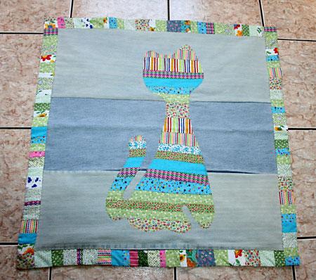 Tapete para quarto infantil com patchwork de retalhos e figura de gato
