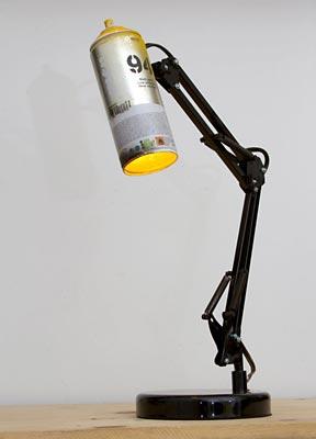 Luminária de mesa com reciclagem de tubo de tinta