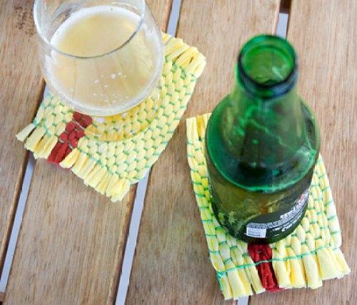 Porta-copos feito em tear improvisado usando trapilhos de camisetas