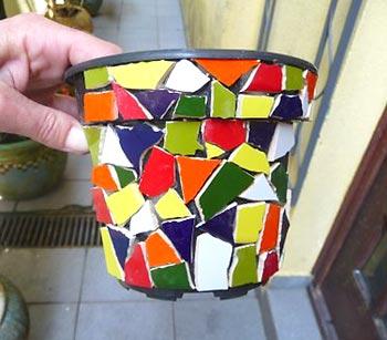 Preencha o interior do vaso com os azulejos