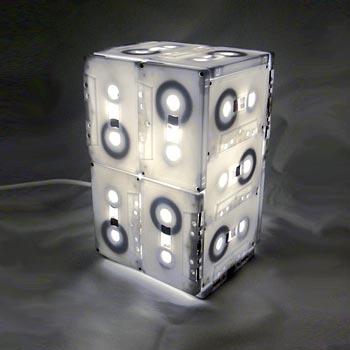 Caixas de filmes montadas numa luminária criativa