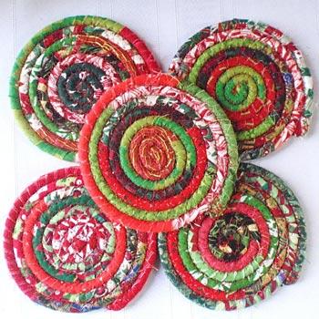 Retalhos costurados em amarrações para um jogo de porta-copos