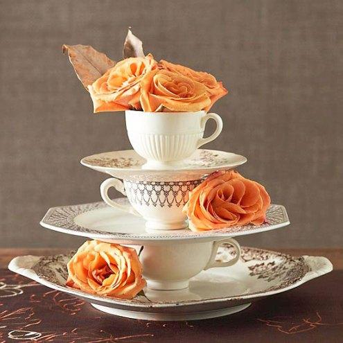 Xícaras do jogo de chá e pratos de vários tamanhos compõem o arranjo de mesa
