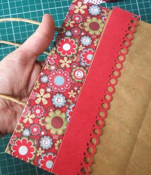 Cole os papéis decorados da sacola