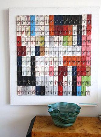 Improvável painel de arte feito com ratoeiras coloridas