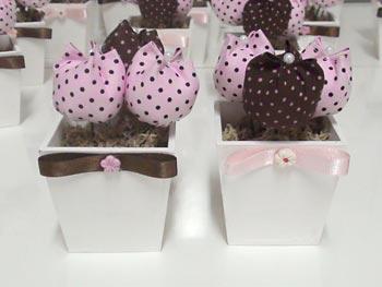 Arranjos de mesa de festa feitos com flores de tecido