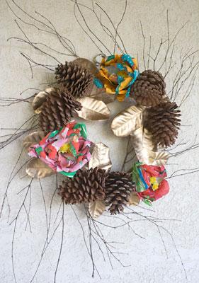 Guirlanda de pinhas pronta para decorar