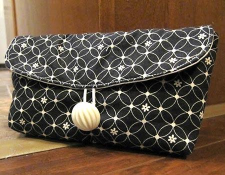 Bolsa de mão com botão, em tecido