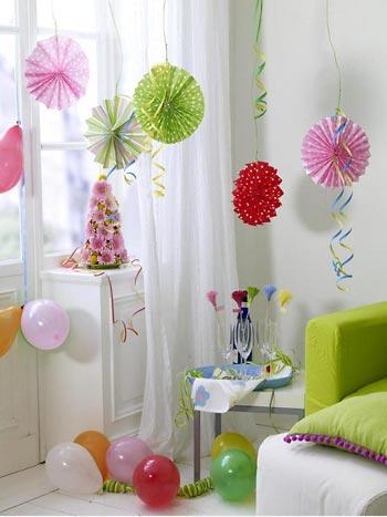 Flores de papel colorido para decorar a festa