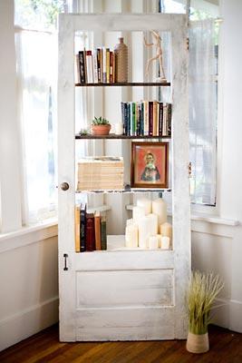Porta usada transformada em armário vazado