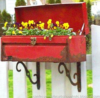 Caixa antiga de ferramentas para as flores do jardim