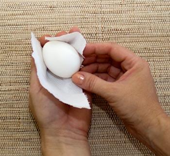Enrole o ovo no papel toalha