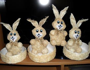 Coelhos de bucha vegetal para os cestos de páscoa