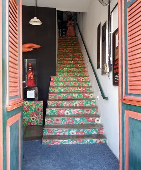 Escadaria do Museu do Mamulengo decorada com técnicas artesanais