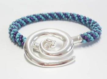 Prata com toques artesanais na pulseira