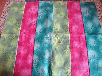 Costure tiras dos tecidos coloridos