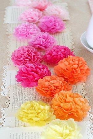 Flores de papel de seda para enfeitar a mesa