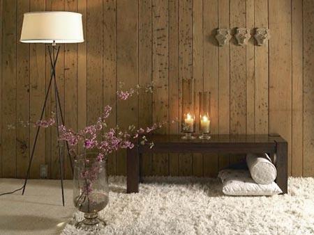 Madeira, tapete, velas e flores, sinônimo de aconchego