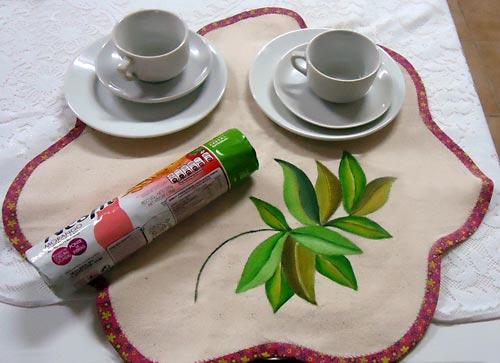 Toalhinha de mesa com pintura em tecido, para o lanche da tarde