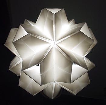 Luminária feita com origami kusudama