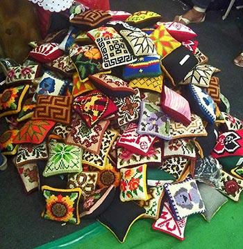Pesos de porta bordados em tapeçaria