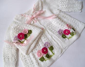 Conjuntinho de tricô para bebê com flores