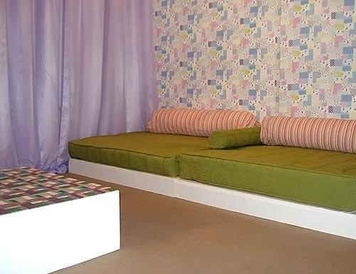 Sala de família com móveis de pallet